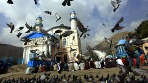 کابل: د افغانستان پلازمېنې کابل شاه دوشمشیره جومات کې د اختر لمونځ.