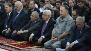 رام الله: د فلسطيني ادارې مشر محمود عباس له جګپوړو چارواکو سره د اختر لمونځ کوي.