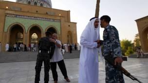 عراق: عراقیان په بغداد کې د اختر ترلمانځه وروسته یوبل ته اختر مبارکي ورکوي.