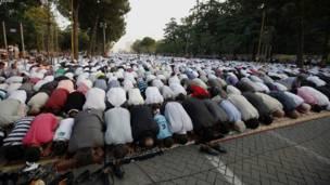 البانیا: الباني مسلمانان پلازمېنه تیرانا کې د اختر لمونځ کوي.