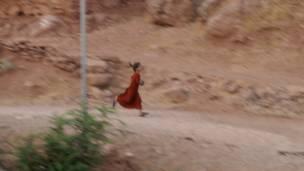 با صدای توپخانه ایران کودک روستایی می گریزد