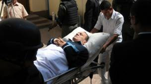 نقل مبارك إلى داخل مقر المحاكمة في أكاديمية الشرطة