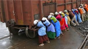 Поезд в Индии ставят на рельсы
