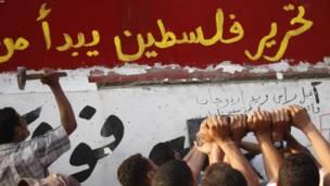 لاریون کوونکي د سفارت پر دېوال د اسراییلو ضد شعارونه لیکوي.