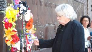 Người đàn ông bên vòng hoa tưởng niệm