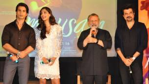 (बाएं से) शाहिद कपूर, सोनम कपूर, निर्देशक पंकज कपूर और अनिल कपूर.