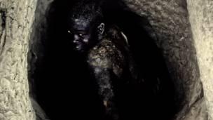 Борома Кангара спускается в шахту