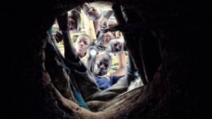 Горняки заглядывают в шахту