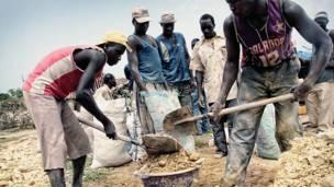 Старатели складывают камни в мешки