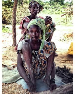 Фатумата Кейта и одна из женщин, работающих в Диабугу