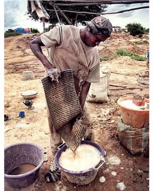 Мамаду Диалло промывает камни