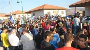 Участники марша в поселении Итамар