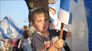 В марше приняло участие много детей