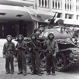 वियतनाम युद्ध के अंत को दिखाते हुए 30 अप्रैल 1975 के दिन राष्ट्रपति के महल के सामने सैगॉन में उत्तरी वियतनामी लोग एके-47 थामे हुए.