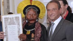 Raoni Metuktire dan Bertrand Delanoe