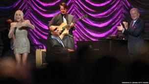 توني بينيتي (يمين) مع سيتفي وندر(وسط) في حفل بمدينة لوس أنجيلس