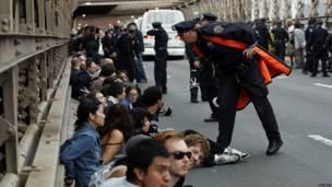 Protesta en el puente de Brooklyn de Nueva York.