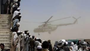 В военном вертолете находится президент страны Хамид Карзай, который прибыл в провинцию Пакита