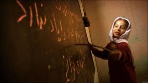 Афганская школьница у доски в классе кабульской школы