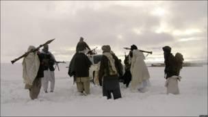 Боевики движения Талибан с оружием, запечатленные в январе 2009 года.