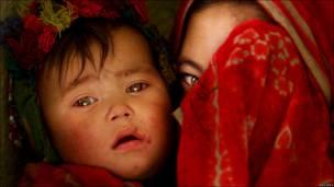 Афганские дети в пещерах Бамиана в декабре 2001 года