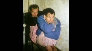 Hai bệnh nhân tâm thần ở Albania.