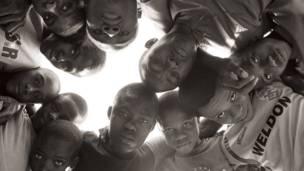 Gukinira umupira mu muhanda muri Nigeria