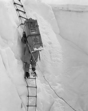 Альпинист лезет по веревочной лестнице