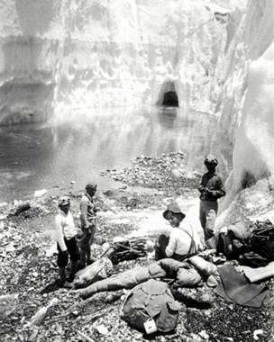 Участники первой экспедиции на Эверест отдыхают