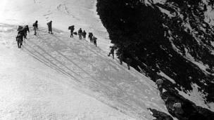 Первые альпинисты в горах близ Эвереста