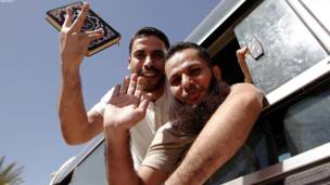 اسراییلو د خپل یوه بندي پوځي ګیلاد شالیت د خوشي کولو په مقابل کې ۴۷۷ فلسطيني بندیان خوشي کړل.