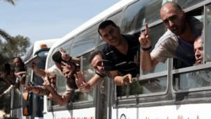 نور  فلسطيني بندیان به د تبادلې په لړ کې چې شمېر یې ۵۸۰ ته رسېږي، نژدې دوه میاشتې وروسته خوشي شي.