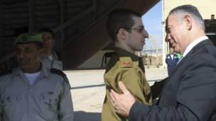د اسراییلو لومړی وزیر بنیامین نتنیاهو په هوايي ځواکونو کې د ګیلاد شالیت د لومړیو هرکلي کوونکو په ډله کې و.