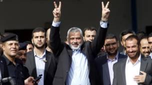 په غزه تراډه کې د حماس د حکومت لومړي وزیر اسماعیل هنیه د خوشې شوو فلسطيني بندیانو د هرکلي په لومړي کتار کې و.