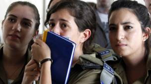 په تل نوف د اسراییلي هوايي پوځي اډه کې د بندیانو د تبادلې له خبر اورېدو سره د اسراییلي ښځينه پوځيانو خوشالۍ.