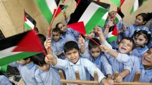 فلسطيني ماشومان د کډوالو په شاتیلا پنډغالي کې د فلسطيني بندیانو د خوشي کېدو په اعلان سره خوشالۍ کوي.
