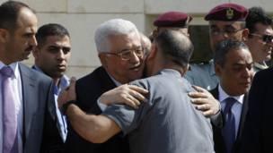د فلسطيني حکومت ولسمشر محمود عباس د لوېديځې تراډې په رام الله ښار کې د خوشي شوو فلسطيني بندیانو هرکلی کوي.
