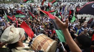 Dadka reer Libya oo u dabaaldagaya dhimashada Qadaafi