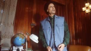 Gadafi con mapamundi