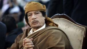 Gadafi vestido de café