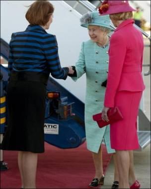 吉拉德迎接英女王