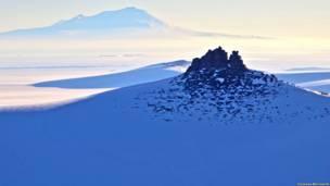 Pico montañoso o nunatak emerge del hielo en la Antártida