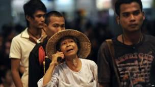 Жители Бангкока ждут автобуса для эвакуации