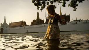 Дівчинка перед королівським палацом