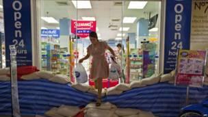 Девушка выходит из магазина в Бангкоке