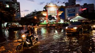 Улица Бангкока под водой
