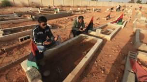 زيارة مقابر في بنغازي