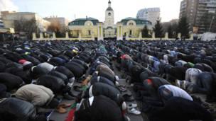 د روسیې د مسکو په جامع جومات کې مسلمانان د اختر د لمانځه پرمهال.