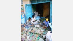 أطفال هنود يعملون في معالجة المخلفات بنيودلهي