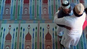 बकरीदको अवसरमा मस्जिदमा शुभकामना आदानप्रदान गर्दै।